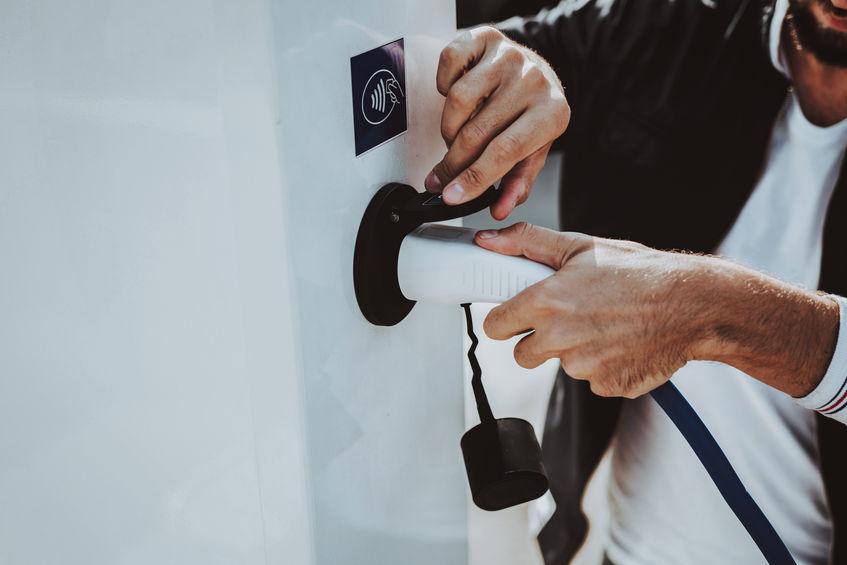 Borne de recharge véhicule électrique Tesla installée par électricien Caen-Deauville